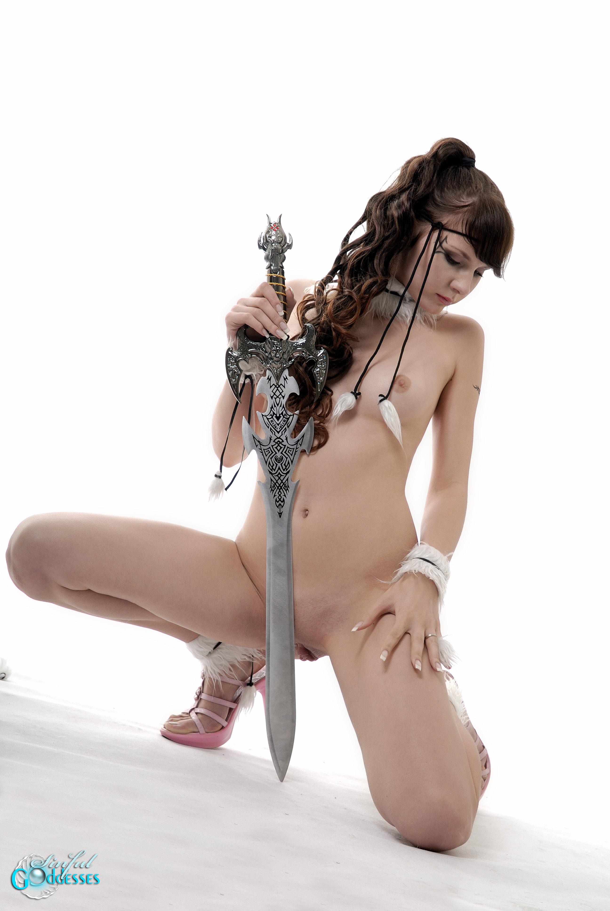 Фото девушка с мечом эротика 8 фотография